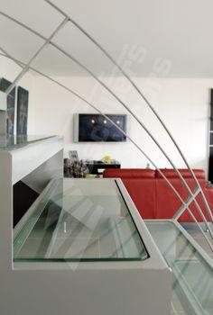 Photo DT44 - ESCA'DROIT® 1/4 Tournant avec Palier Intermédiaire. Escalier d'intérieur en acier et verre contemporain installé dans un loft en duplex.