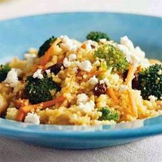 Curied couscous with broccoli and feta. Using bagged broccoli florets and preshredded carrots all but eliminates the prep with this vegetarian entrée. If you want to add meat to the couscous, use chopped chicken or thin strips of flank steak. Veggie Recipes, Dinner Recipes, Healthy Recipes, Chives Recipes, Fast Recipes, Meal Recipes, Curry Recipes, Curried Couscous, Vegetarian Entrees