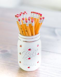 painted apple mason jar - back to school teacher gift ideas - mason jar gift ideas for teachers - mason jar crafts for back to school - mason jar crafts for fall