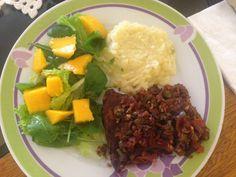 Bistec a la española con puré y ensalada de rucula con mango