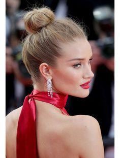 More lip-dress - La mise en beauté de Rosie Huntington-Whiteley au Festival de Cannes