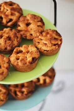 Mini appeltaartjes, gebakken in een muffin bakvorm