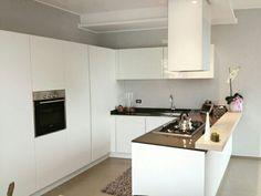 Cucina minimal laccata bianca con piano in quarzo nero spessore 2 e piano snack in legno