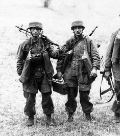A Fallschirmjäger heavy weapons section, with grenade bags, wearing early M38 step in jump smocks. The Maschinengewehr 34 Soldat is wearing the side-lace boots as is the NCO (with the MP38) and the number 2 MG Soldat (Fallschie in the middle) is wearing front lace jump-boots, carries the 250 round ammo box as well as having the spare barrel container along with his K98 strapped on his back.