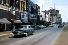 Another Picnooga favorite. Looking south between and late to Courtesy of the Chattanooga History Center Downtown Chattanooga, Chattanooga Tennessee, East Tennessee, Akron Ohio, Us History, American History, Old City, Old Photos, Street View