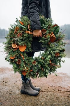 Holiday Wreath : Mixed evergreen wreath with magnolia, dried oranges, and cinnamon sticks. Photo by andiwardrop Natural Christmas, Noel Christmas, Rustic Christmas, All Things Christmas, Winter Christmas, Christmas Crafts, Fresh Christmas Wreaths, Christmas Oranges, Winter Wreaths