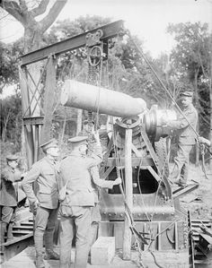 7 August Battle of the Somme: Gunners of the Royal Garrison Artillery aboat to load a shell into a 15 inch howitzer breach. Schlacht An Der Somme, Battle Of The Somme, French Army, Lest We Forget, World War One, Past Life, War Machine, Military History, Black Watches
