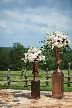 Love our urns. They pair perfectly with an outside venue<3