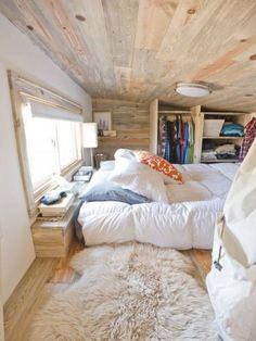 This is a small interior space, it gives off a feeling of warmth and security, its not too small to the point where it makes you feel claustrophobic, Although is slightly more open and house design interior design ideas de casas Tiny House Living, Small Living, Tiny House On Wheels, Tiny House Layout, Home And Deco, Home Bedroom, Bedroom Loft, Bedroom Ideas, Bedroom Designs