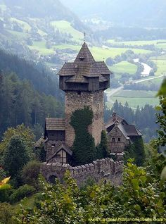 Niederfalkenstein (Falkenstein Castle),  Pfaffenberg 19, 9821 Obervellach, Carinthia, Austria....     www.castlesandmanorhouses.com   ...    Niederfalkenstein is a castle complex near on the southern slope of the Hohe Tauern mountain range. It was first mentioned as Valchenstain Castle in a deed of 1164. The former fortification of Oberfalkenstein is a ruin, while the lower barbican of Niederfalkenstein is preserved (and is shown here).