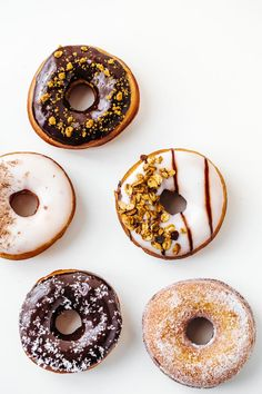 Fondatrice The Social Line 👀👋🏼 ( Delicious Donuts, Yummy Food, Donut Recipes, Dessert Recipes, Food Photography Props, Homemade Donuts, Donut Shop, Baked Donuts, Food Places