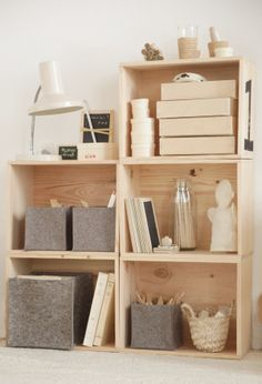 Caissons, caisses, box en bois multi usages et cubes de rangement en feutre (laine recyclée).