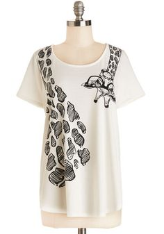 T-shirt girafe avec cou extra-long. Fancy tee-shirt with giraffe print - extra-long neck ! T-Shirt bedruckt mit Giraffe mit extra-langem Hals ! Long White Shirt, Giraffe Shirt, Camisa Polo, Long Shorts, Vintage Sweaters, Dress Me Up, Look Fashion, Cool T Shirts, What To Wear