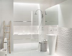 salle de bain blanche avec carrealge en relief et lavabo colonne