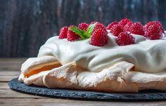 Pavlova – recept på lyxiga desserten | Aftonbladet Ice Cream Candy, Fika, Something Sweet, Marshmallow, Tart, Sweet Tooth, Strawberry, Food And Drink, Pudding