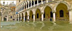 Acqua Alta Venise 1er Nov. 2012: La Piazzetta San Marco avec à droite, le Palais des Doges à Venise.
