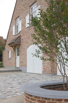 Landelijke villa in Herent • B+ Front Gardens, Belgian Style, Le Havre, European House, Backyard, Patio, Outdoor Living, Outdoor Decor, Carriage House