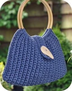Cute bag made out of t-shirt yarn Crochet T Shirts, Crochet Yarn, Art Bag, Handmade Handbags, Crochet Stitches Patterns, Crochet Purses, T Shirt Yarn, Knitting Accessories, Knitted Bags