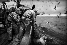 Hombres en el mar // Men at sea (by Jean Gaumy) Magnum Photos, Fishing Photography, Art Photography, People Photography, Mermaid Stories, Lake Dock, Black And White People, Foto Transfer, Berenice Abbott