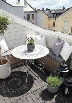 Décoration de balcon tout en bois et blanc
