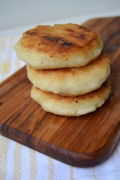 This three (or four, depending on your cooking preferences) ingredient recipe is… Fresh Bread, Sweet Bread, Maseca Recipes, Cornmeal Recipes, Bread Recipes, Bread Replacement, Venezuelan Food, Colombian Food, Colombian Arepas