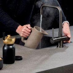 Een kokendwaterkraan is tegenwoordig niet meer weg te denken uit de moderne keuken. Maar de Selsiuz is méér dan alleen een functionele kokendwaterkraan. Met zijn prachtige design en stijlvolle kleuren is de kraan op zijn plaats in elke keukeninterieur. #kitchen #selsiuz #kitchenproducts #kitchendesign #kokendwaterkraan #tap #hotwater #interior #interiordesign #interiorlover #interiorblogger #leemwonen #blogazine