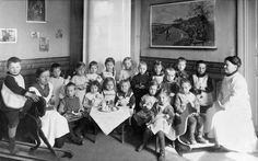 Crianças em um jardim de infância em Helsinque, na Finlândia, em 1917.  Fotografia do Museu da Cidade de Helsinque.