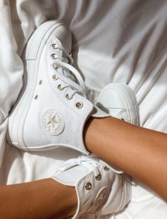 Dr Shoes, Hype Shoes, Me Too Shoes, Cute Sneakers, High Top Sneakers, Shoes Sneakers, High Top Converse, All White Converse, White Converse Outfits