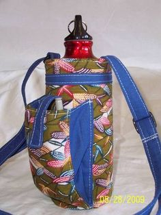 Water Bottle Holder w/a Whatever Pocket - PURSES, BAGS, WALLETS - I've shown my water bottle holder here before based on Pink Chalk's tutorial. Water Bottle Carrier, Water Bottle Holders, Bottle Bag, Water Bottles, Diy Bags Purses, Craft Bags, Quilted Bag, Sewing Tutorials, Sewing Projects