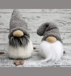 his brilliant Christmas craft project has three of our favorite components to it: 1. A Norwegian / Skandinavian theme, 2. It's super easy to make, 3. It's an upcycling project, the main material comes from an old sock! This cute little gnome can ...