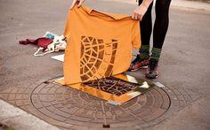 il collettivo di artisti Raubdrukerin usa i tombini per fare fashion design Il collettivo di artisti tedesco Raubdrukerin, ha avuto un'idea originale che stà riscuotendo un certo successo. Usano parti dell'arredo urbano (soprattutto tombini e griglie d'aerazione), per imprim #design #street-art #fashion