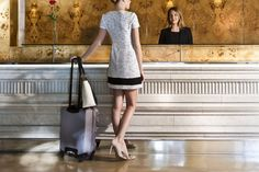 Hall Hotel Claris Barcelona  Vestido PINKO  de Jean Pierre Bua Zapatos TWIN-SET  Bolso TWIN-SET Maleta SAMSONITE