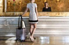 Hall Hotel Claris Barcelona  Vestido PINKO  de Jean Pierre Bua Zapatos TWIN-SET  Bolso TWIN-SET Maleta SAMSONITE