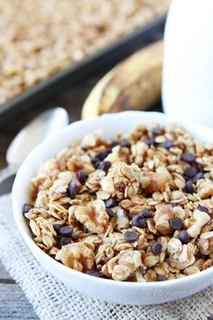 If you like banana bread, you will love this easy banana granola recipe! It tastes just like banana bread. Stir in chocolate chips for an extra sweet treat. Granola Breakfast, What's For Breakfast, Fast Healthy Meals, Healthy Treats, Healthy Recipes, Brunch Recipes, Sweet Recipes, Breakfast Recipes, Banana Granola
