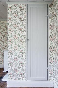 öv Sovrum - klädkammare Country House Interior, Home Interior, Decor Interior Design, Red Cottage, Modern Cottage, Classic Wallpaper, Home Wallpaper, Scandinavian Cabin, Swedish Interiors