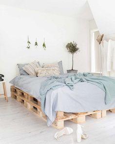 My good plans to develop a student studio - Idées deco - Pallet Blue Rooms, Blue Bedroom, Modern Bedroom, Bohemian Bedroom Decor, Room Decor Bedroom, Design Room, Interior Design, Palette Bed, Pallet Beds