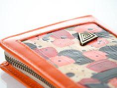 Billetera dama TALI naranja.  Práctica y super espaciosa billetera, exclusiva, de cuero naranja, con extra espacio para todo! Cuero naranja con detallde de arte pintado a mano en la tapa, en colores rojo, dorado, naranja y negro. Tres compartimentos internos ( tipo booklet. Cierre alrededor en calidad YKK. Medidas: 20 x 11 cm. Colores: Billetera en cuero naranja, con detalle de arte pintado a mano en la tapa, en rojo, dorado, negro y naranja.  carolinadecunto.com