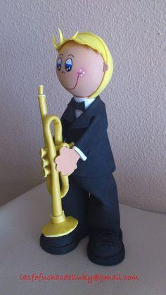 Fofucho músico con su trompeta - lateral/Musician fofucho doll with his trumpet -one side