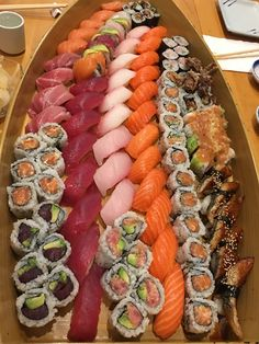 [I ate] A small sushi boat Sushi Recipes, Cooking Recipes, Healthy Recipes, Salad Recipes, I Love Food, Good Food, Yummy Food, Ramen Comida, Sushi Boat