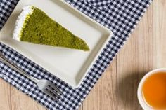 Japonský matcha cheesecake Matcha, Plastic Cutting Board, Cheesecake, Ethnic Recipes, Food, Cheese Cakes, Eten, Cheesecakes, Meals