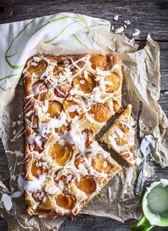 Tämä aprikoosipiirakka on rennon leipurin lemppari. Ricottajuusto mehevöittää taikinan ja pienet, pehmeät ja kauniinväriset aprikoosit maistuvat ihanilta.