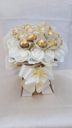 This delicious Ferrero Rocher Bouquet is an ideal gift for any occasion especially Weddings. 20 x Ferrero Rocher Chocolates. Bouquet contains; 1 x Bow & Box. Candy Bouquet Diy, Bouquet Box, Gift Bouquet, Ferrero Rocher Bouquet, Ferrero Rocher Gift, Chocolate Flowers Bouquet, Chocolate Gifts, Luxury Chocolate, Rocher Chocolate