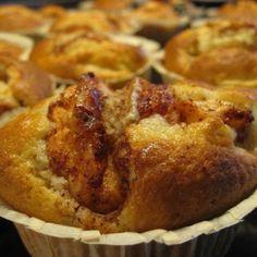 Så här gör man stora och äppelspäckade muffins.