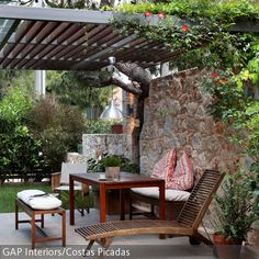 Eine Terrasse muss nicht immer direkt ans Haus grenzen, Fliesen können überall im Garten ausgelegt werden, um eine kleine Entspannungsoase zu schaffen. Eine…