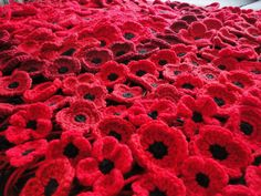 Ravelry: crocheted poppies, 5 versions by Suzanne Resaul