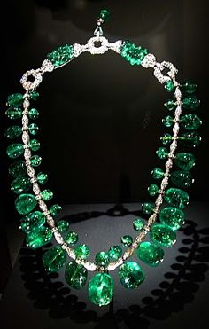 Diamond necklace displays The Indian Emerald Necklace made with 24 Columbian gems. Jewels are set in platinum complimented with of diamonds. Created in by Cartier. Emerald Necklace, Emerald Jewelry, Cartier Necklace, Emerald Rings, Ruby Rings, Emerald Diamond, Dangle Earrings, Pendant Necklace, Diamonds