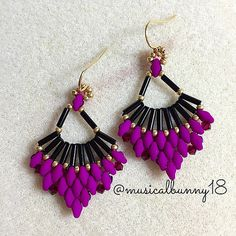 Cute and simple Flabellum Earrings (pattern by Kelly Dale) using bugles,Superduos& seed beads! Not my color combo, but I think I would like these with a 3-2-1- super duo.