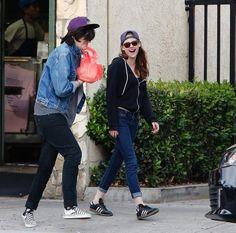 Kristen Stewart foi fotografada novamente ontem (27) ao lado de duas amigas enquanto fazia um passeio. A atriz aparece usando um protetor lábial/hidratante e também comendo