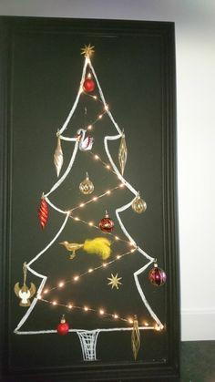 Mooie lijst met zwarte krijt verf geschilderd. Haakjes er op gehangen lichtjes er in gehangen en een  kerstboom op gekrijt. Kerstballen er in en andere leuke dingen. Klaar voor de kerst. Na de feestdagen gebruik je het voor andere leuke dingen op tehangen en tekeningen.