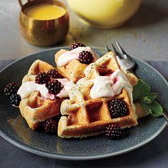 Waffles con zarzamoras y crema batida, es muy fácil y rápido, en tu wafflera pon los waffles congelados y decora con zarzamora y crema batida!
